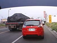 台湾で酷い運転の三菱コルトプラス。横転しかけるも横の車に助けられる。