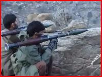 山岳地帯の岩場に隠れて米軍を待ち伏せするアフガニスタンのゲリラ。注意