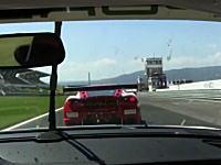 これは予測できないクラッシュ映像。目の前を走るフェラーリがっ!!