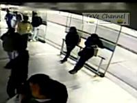 女性の携帯電話を強奪しようとした悪党がわずか数秒後に罰を受けるビデオ。