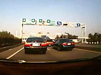 重い車は止まれない動画。信号停止の車列にタンクローリーが突っ込む事故