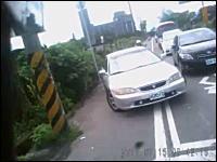 台湾ドラレコ。後ろから車に突っ込まれるバイク。しかし車は素無視で逃亡w
