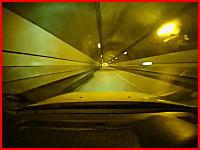 落下物の恐怖。狭いトンネルを走行中にスピンして激突する衝撃の車載映像