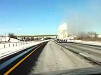屋根に積もった雪を放置したまま走るトラックの後ろを走っていたら・・・。