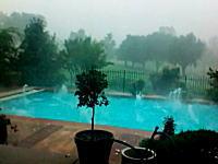 これは死ねる(@_@;)雹(ひょう)が激しい時にプールを撮影すると恐ろしさ倍増