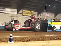 改造トラクターレースでエンジンが丸々ぶっ飛んでしまうアクシデントwww