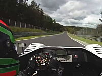 ニュルブルクリンクで電気レースカーのタイムアタック。これは面白くなさすぎ