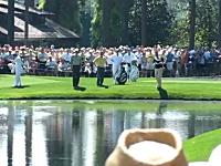 ゴルフ神動画。水面を跳ねて飛ぶ水切りショットでホールインワン。マスターズ