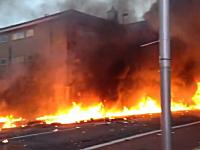 ロンドンの中心部で建設用クレーンにヘリコプターが接触し道路が火の海に。