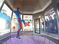 動画55秒あたりワロタwwwインドア・スカイダイビングで自由自在すぎる男性
