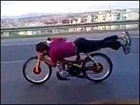 バイクと一体化!?時速136kmという猛スピードで空気抵抗を無くしてみたw