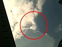 こんな雲の動きは見たこと無い。一部分だけがサッ!と動いてパッ!と破裂