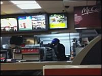 マックでレジ係の男性が金属の棒で女性客をボコ殴り。頭蓋骨骨折。話題