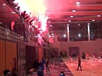 馬鹿だろwww少年サッカーの試合(体育館)で発煙筒炊いて試合中止にw