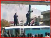 イランで行われる公開処刑。強姦した罪で二人の男性が公の場で絞首刑に。