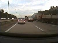 被害者のドラレコ映像で見る。大型バスが渋滞の車列に突っ込む事故の映像