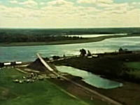 車にロケットエンジンを装着!大ジャンプで川を越える男