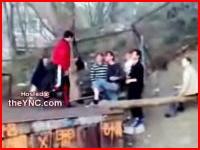 一人のDQNが無抵抗な少年たちをボッコボコにするキチガイ動画。ひどい。