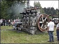 大きくてレトロなディーゼルエンジンの奏でる音に聞き入ってみた。船舶用?