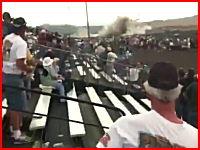 17日アメリカのエアレースで飛行機が観客席付近に墜落。その瞬間の映像。