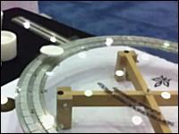科学の時間。浮遊して磁場でロックされたレール上をクルクル回る不思議。