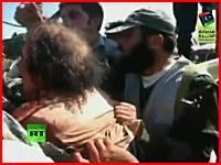 カダフィ大佐の最後の瞬間の映像。反カダフィ派部隊に拘束され引きずり回される姿