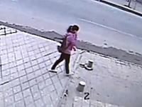 中国怖すぎ笑えない。歩道を歩いていた少女が地面に飲み込まれて消える