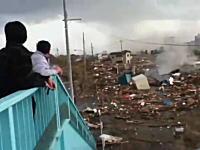 歩道橋の上に避難して津波から逃れた人たちのビデオ。途方にくれる人たち。