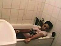 趣味の悪いイタズラ。バスルームで手首を切って自殺しているルームメイト