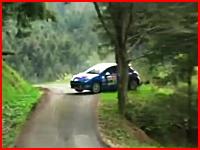 カーブの先にあった木に衝突して車がくの字に。の他、ラリーの危険な事故集