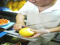 驚くべきナイフさばき。シンガポールの果物屋さんが凄い動画。ナイフでけえ