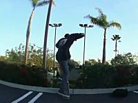 スケボー少年が勢い良く飛び出したところに車がっ!これは酷いアウト動画