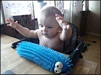 未知との遭遇。エイリアン的なものに触れてその感触にビックリする赤ちゃんw