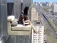 これはどういう事なの。信じられない場所でくつろぐ女性のビデオ。中国。