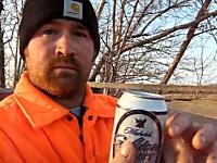 どんな歯をしているんだ?缶ビールの飲み方が斬新すぎる男性のビデオ。