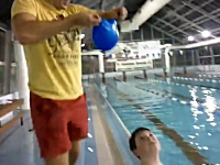一瞬動画。スイミングキャップを一瞬で被る方法がコーチにより編み出される。