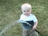 これは和んだw ホースの水を飲みたいけどなかなか飲めない小さな男の子。