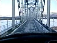 ロシアには鉄道橋の線路の上を走れる道路がある。電車と車が橋を共有。