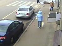 何が起きた。ロシアで突然下水管が爆発して通行人が巻き込まれてしまう映像