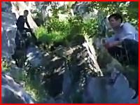 マジなら死んでる。岩場の上で遊んでいた少年が落下してしまう衝撃映像。