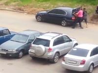 拉致!?二人の男に車のトランクに詰め込まれて連れ去られてしまう男性。