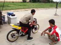 タイのドラッグレース。信じられない程ほそいタイヤでめちゃくちゃ早いバイク