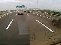 ギリギリセーフ?高速道路でオカマを掘りそうになった車が急ハンドルでうわー