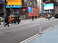 12発中7発が命中。タイムズスクエアで刃物を持った男が警官に射殺される。