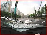 かなりのスピードで走る車が歩行者を跳ね飛ばしてしまう瞬間のドラレコ動画