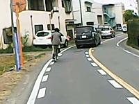必死な自転車がちょっと怖いドライブレコーダー。近寄りたくない怖さがある