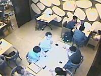 盗みの瞬間。持ち主が話し込んでいる隙にマックブックを盗む泥棒さんの映像