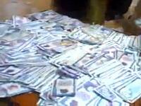 アラブの富豪すごいwwセクシーな女性の気を引くために大量のお札をばら撒くww
