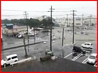 新しい津波の映像。尋常じゃないスピードで迫りくる津波の恐ろしいビデオ。