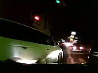 路地から出ようとした女性ドライバーが多重事故を起こして「ごめんなさい;;」